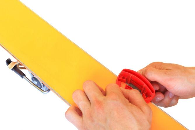 Pamiętajmy o konserwacji nart (Shutterstock)