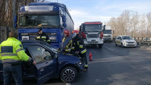 Zderzenie z udziałem ciężarówki na Wisłostradzie. Jedna osoba ranna