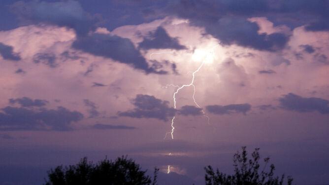 Prognoza pogody na dziś: deszczowo w wielu regionach, możliwe burze z gradem