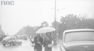Warszawa w strugach deszczu, lata 60. (Narodowe Archiwum Cyfrowe)