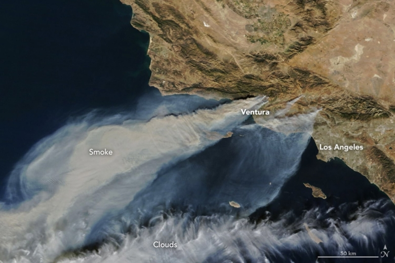 Zdjęcie satelitarne pożarów w Kalifornii